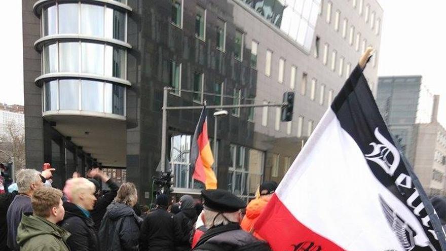 Un hombre con una bandera preconstitucional en una manifestación de la extrema derecha en Berlín