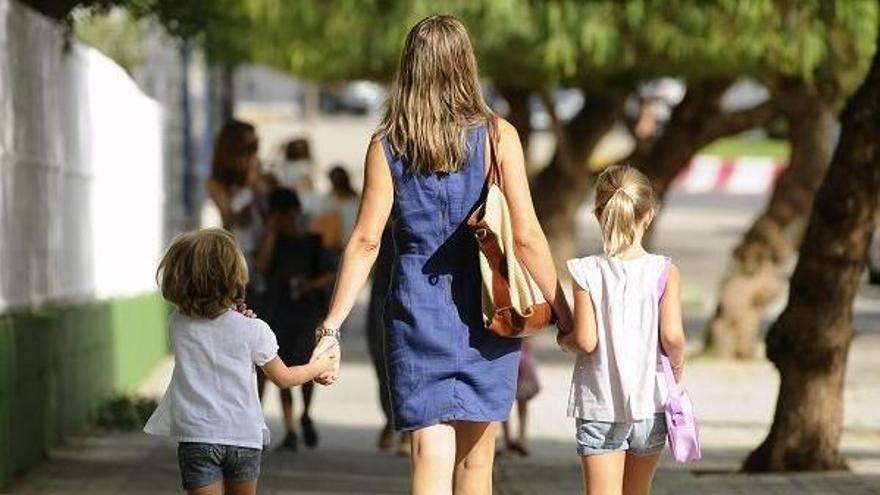 Una madre con sus dos hijas