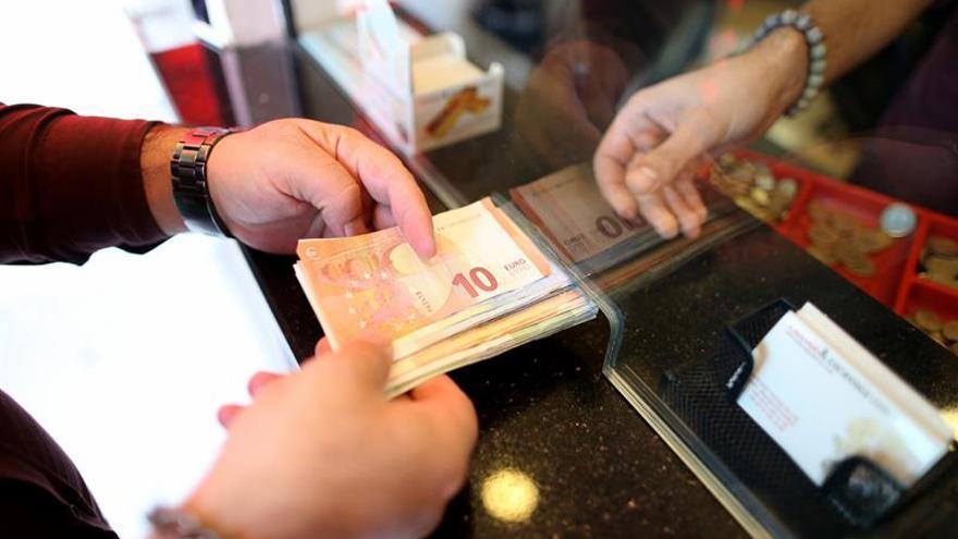La lira turca cae a su mínimo histórico frente al euro y el dólar