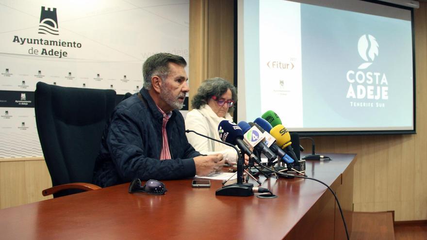 El alcalde de Adeje, junto a la concejala de Turismo, durante la presentación