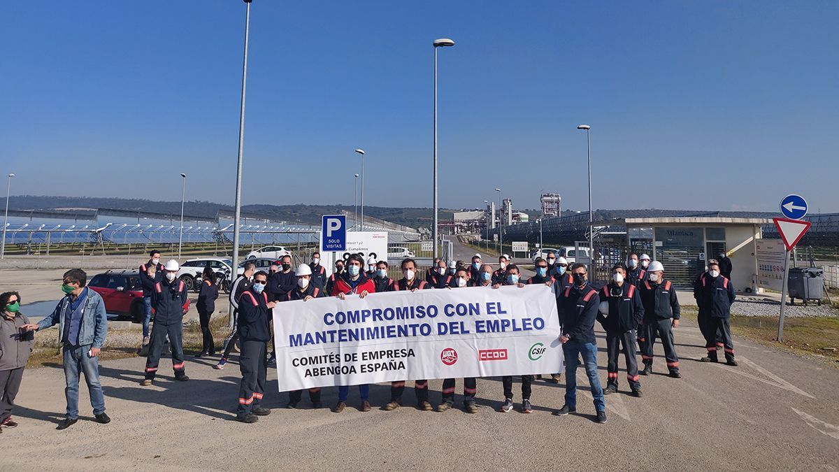 Protesta de los trabajadores de Abengoa en la planta de El Carpio (Córdoba).