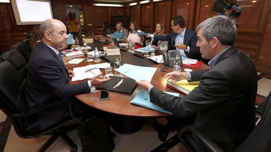 El presidente del Gobierno de Canarias, Fernando Clavijo (d), el vicepresidente, Pablo Rodríguez (2d), y los consejeros de Economía, Pedro Ortega (i), Hacienda, Rosa Dávila (3d), Medio Ambiente, Nieves Lady Barreto (4d), y Sanidad, Juan Manuel Baltar (5d), durante la reunión semanal del Consejo de Gobierno