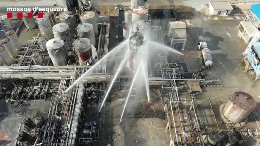 Labores de extinción del incendio en la fábrica de Tarragona, tras la explosión que dejó varias víctimas mortales