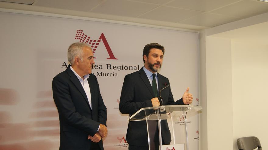 El viceportavoz socialista Joaquín López Pagán junto a Rafael González Tovar