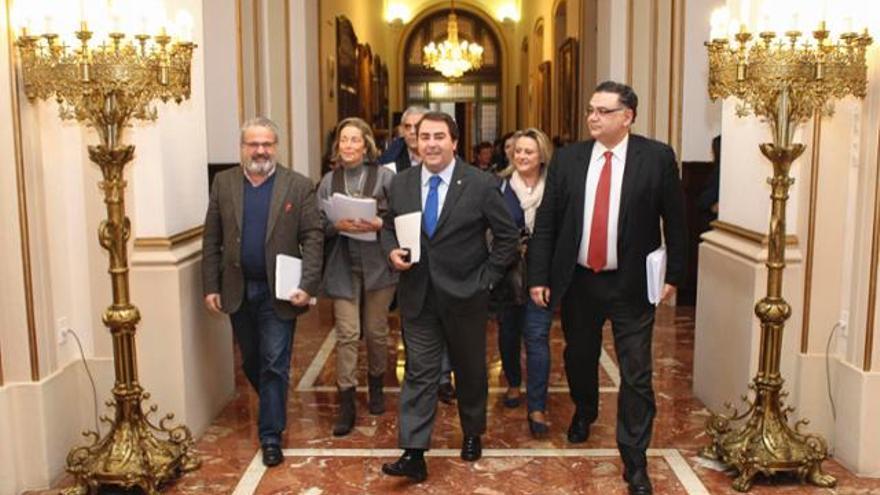 Flores (derecha), junto al alcalde de A Coruña y el resto de su gabinete