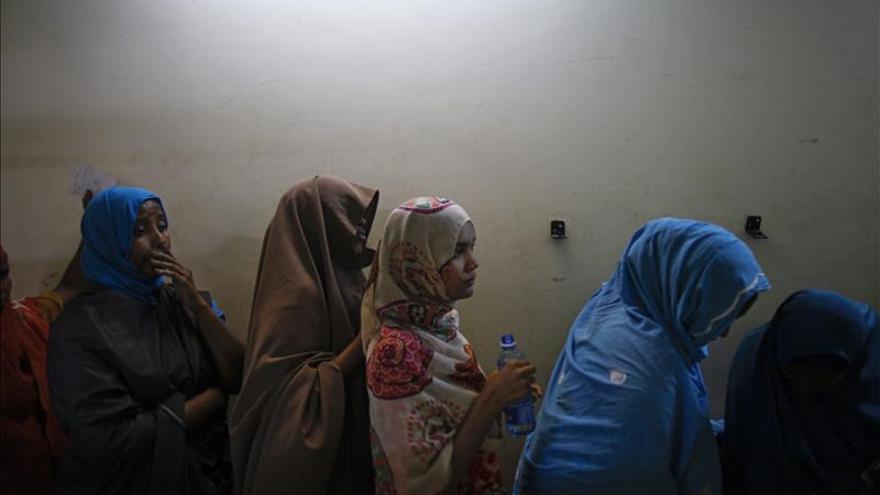 Refugiadas somalíes hacen cola para ser interrogada en una comisaría emplazada en el estadio de Kasarani.