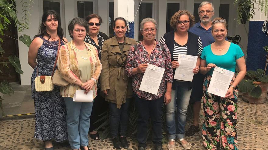 Susana Machín junto a los artesanos que han obtenido los carnés.