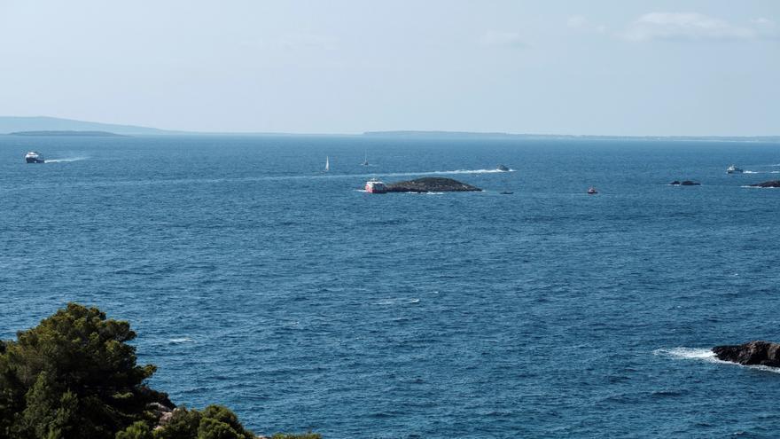 El ferry encallado en Ibiza lleva 15 toneladas de gasoil en su depósito