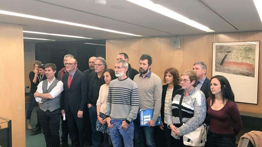 Diputados y senadores de Podemos, IU, ERC, En Marea y Bildu, entre otros, con familiares de los detenidos de Alsasua.