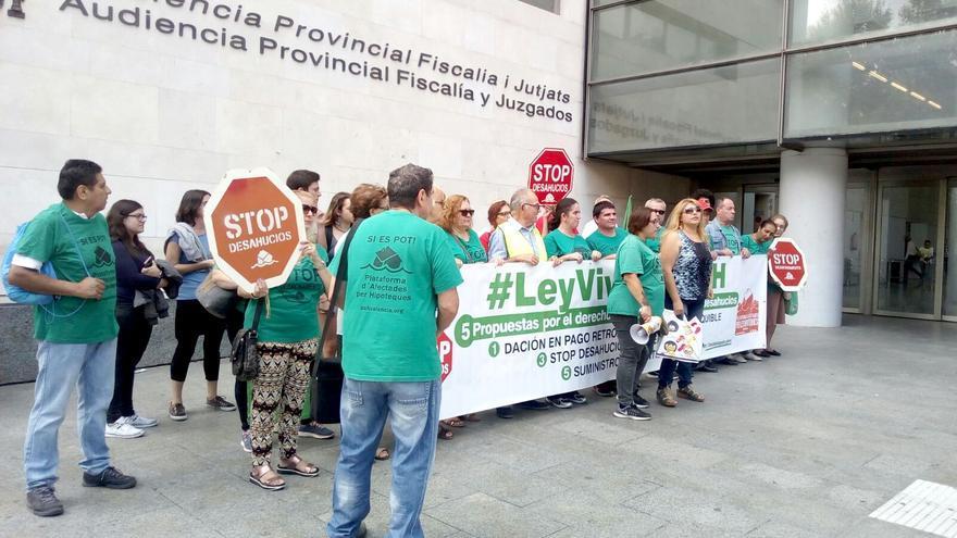 Miembros de la PAH Valencia concentrados a las puertas de la Ciudad de la Justicia de Valencia