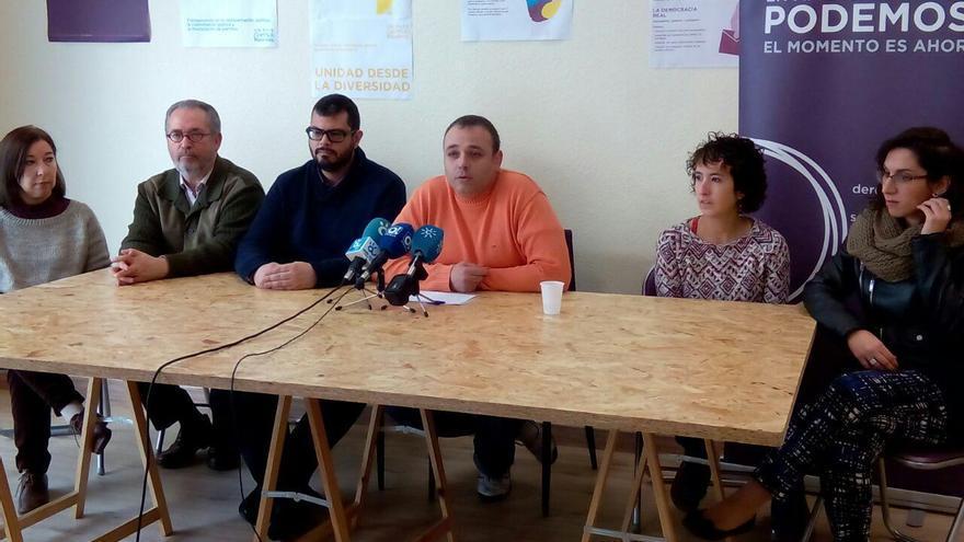Francisco Vallejo, junto a otros cinco consejeros de Podemos Málaga