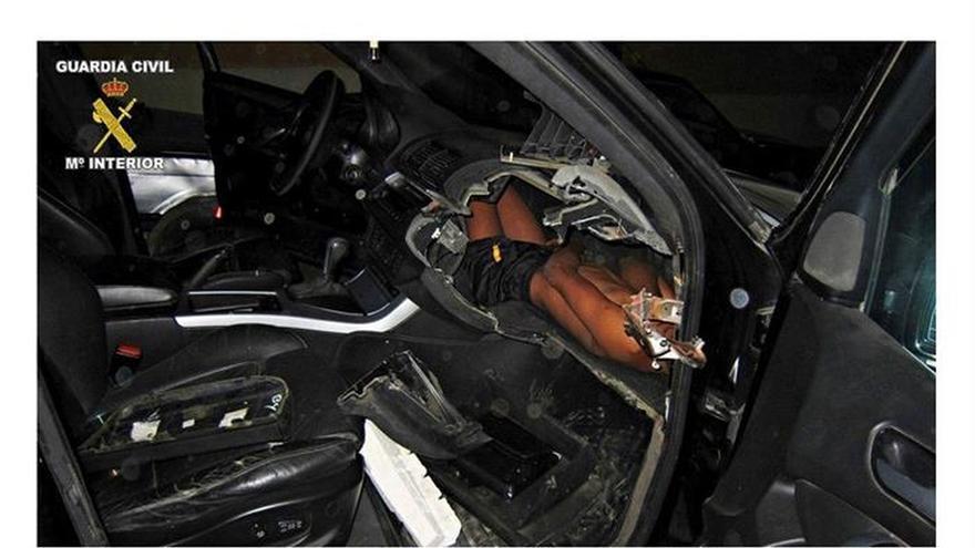 Imagen del niño atrapado en el salpicadero de un coche de alta gama en la frontera de España y Marruecos.