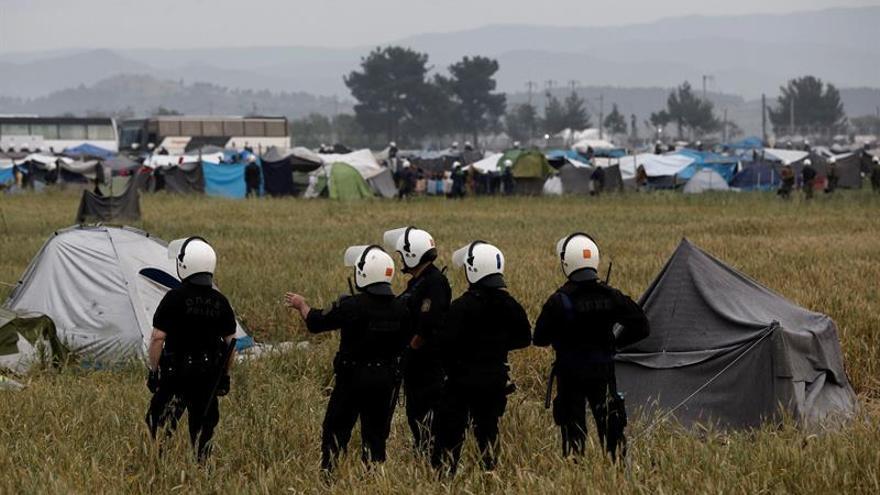 Diez detenidos por la policía griega tras una redada en campo de refugiados en Quíos