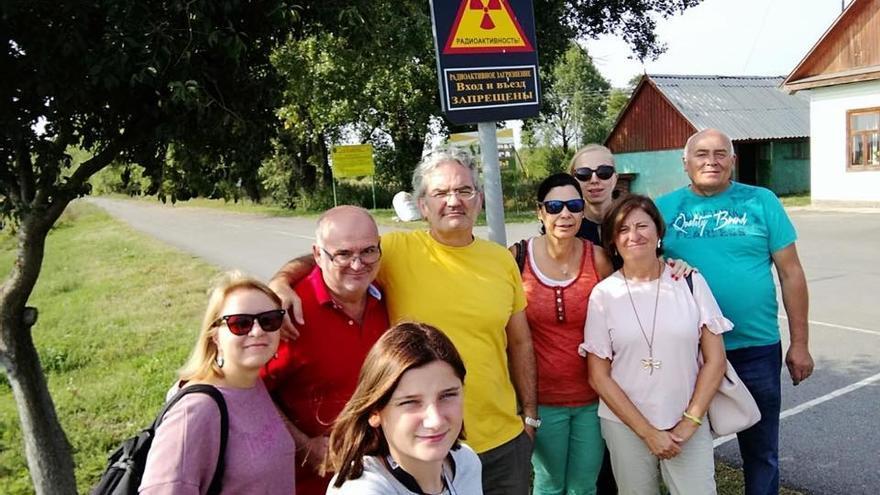 Delegación de la ONG española con su vicepresidente Diego Echevarría en el centro de amarillo.