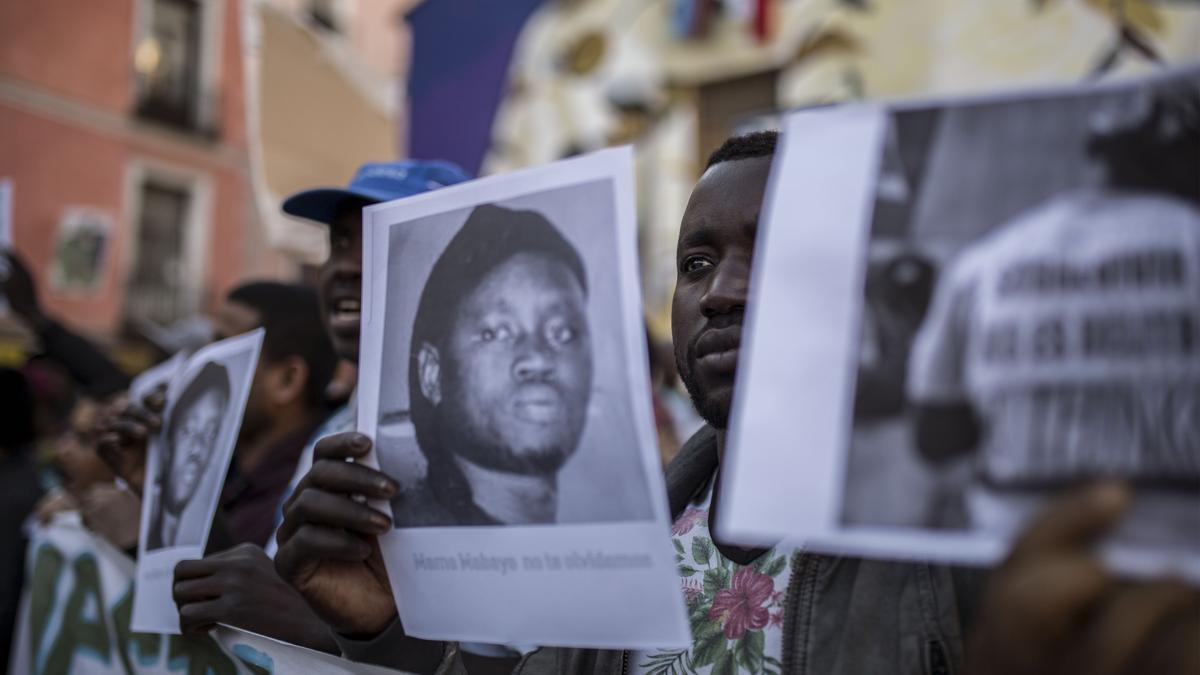 Algunos de los asistentes a la concentración en recuerdo de Mame Mbaye en Lavapiés.