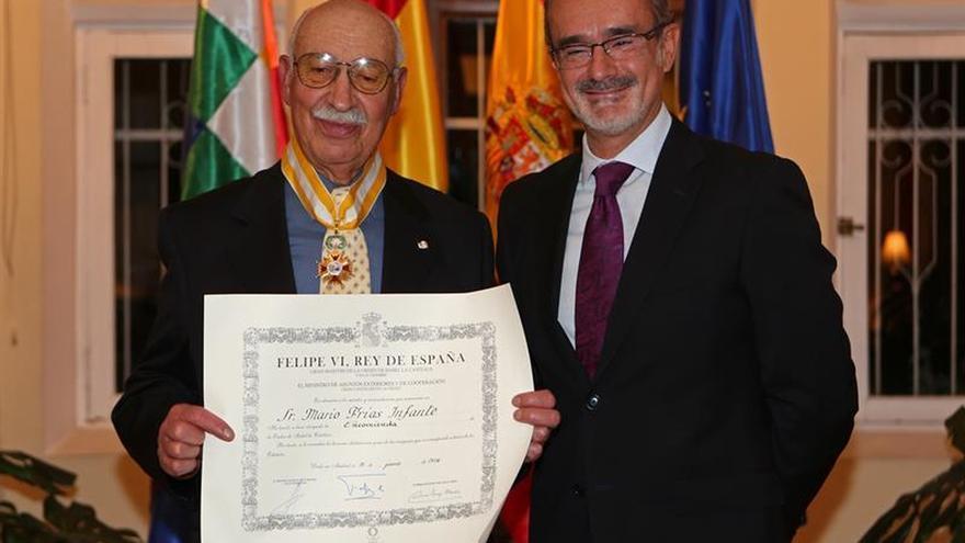 Embajada española condecora al director de la Academia Boliviana de la Lengua