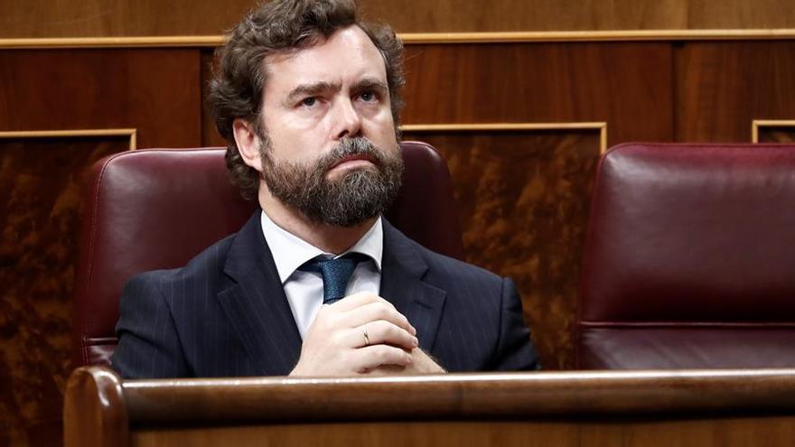 El portavoz de Vox, Iván Espinosa de los Monteros, asiste este miércoles en el Congreso a la comparecencia del presidente del Gobierno, Pedro Sánchez, que explica la declaración del estado de alarma y las medidas para paliar las consecuencias de la pandemia provocada por el coronavirus, en Madrid (España), a 18 de marzo de 2020 / Europa Press