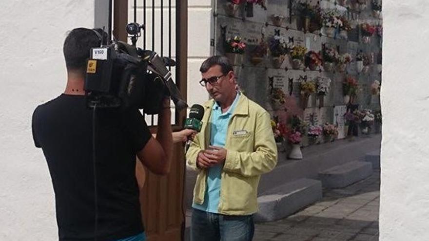 Javier Abreu en la entrada del cementerio de Valle de Guerra