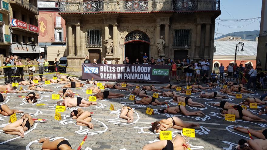 Protesta antitaurina de Peta y AnimaNaturalis en Pamplona.