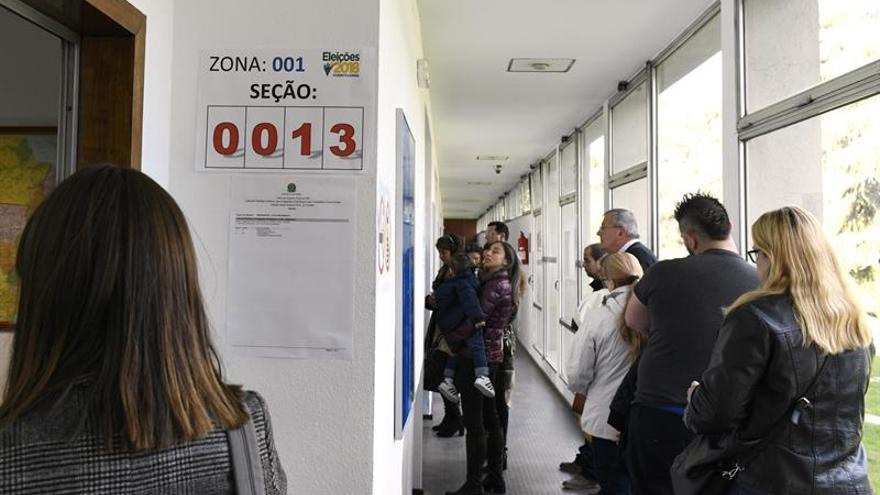 Personas que esperan votar en las urnas instaladas en la Casa do Brasil de Madrid
