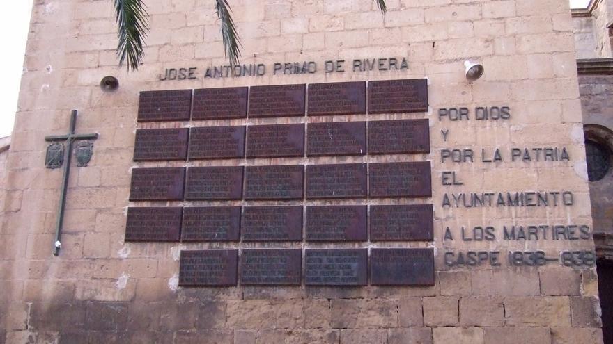 Placas a los caídos en la Colegiata Santa María la Mayor de Caspe.