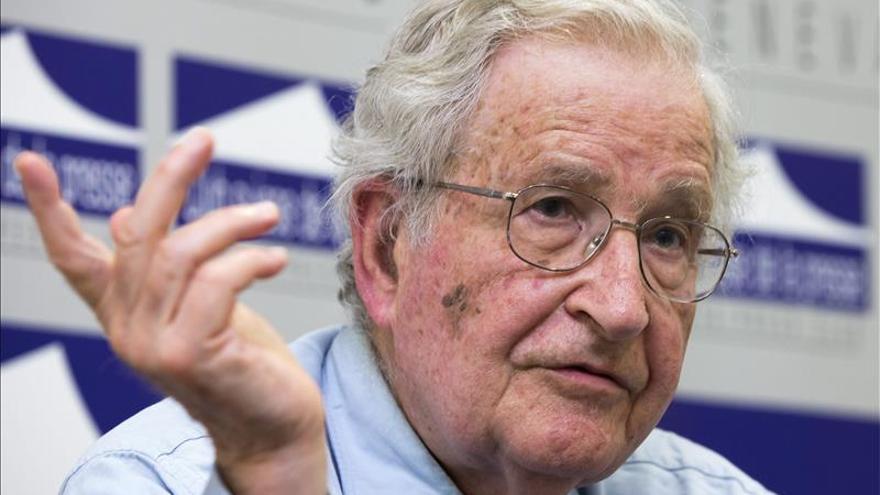 Chomsky envía una carta a Bachelet por los expresos políticos en huelga de hambre