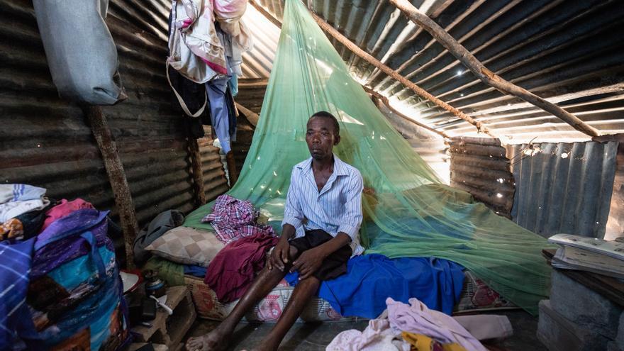 Luis Filipe en el interior de la cabaña que construyó con las chapas del tejado que logró rescatar de su antigua casa, tras el paso del ciclón Idai
