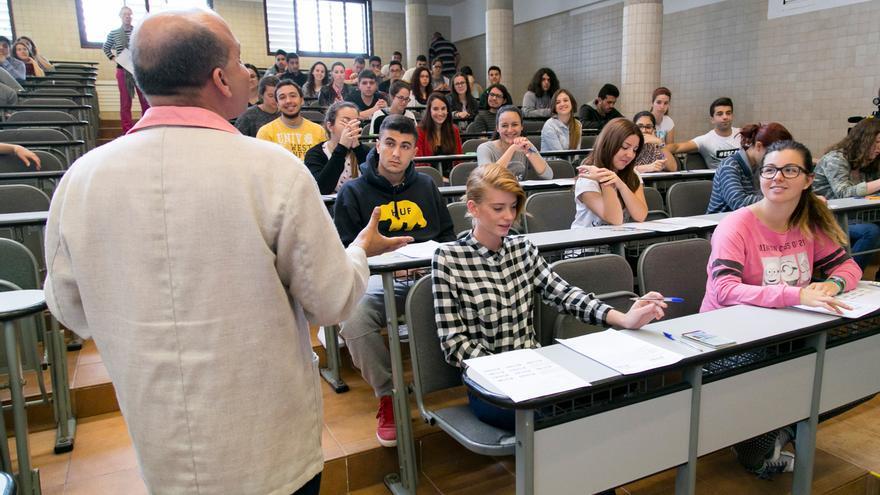 Un grupo de alumnos en las últimas pruebas de acceso a la ULL.