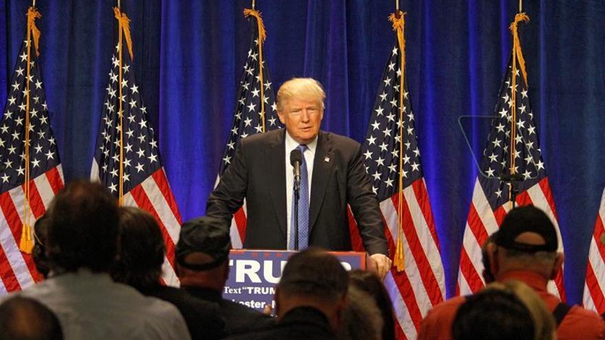 """La campaña de Trump denuncia la """"negligencia"""" de Clinton ante informe del FBI"""