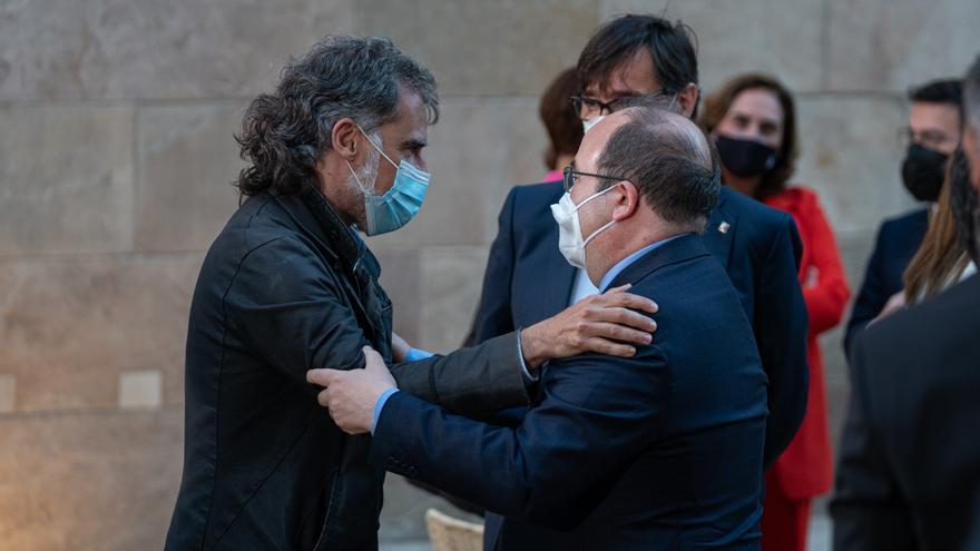 Jordi Cuixart abraza a Miquel Iceta en la toma de posesión de Pere Aragonès.