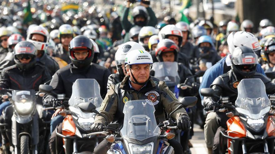 Bolsonaro vuelve a desafiar la pandemia y encabeza masiva caravana de motos