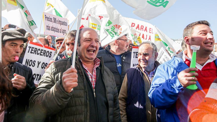 Agricultores y ganaderos convocada por las organizaciones COAG, Asaja y UPA, frente al Ministerio de Agricultura de Madrid.
