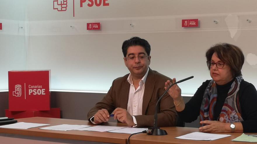 Pedro Martín, secretario general del PSOE en Tenerife, junto a Josefa Mesa, secretaria insular de Organización, este martes en Santa Cruz