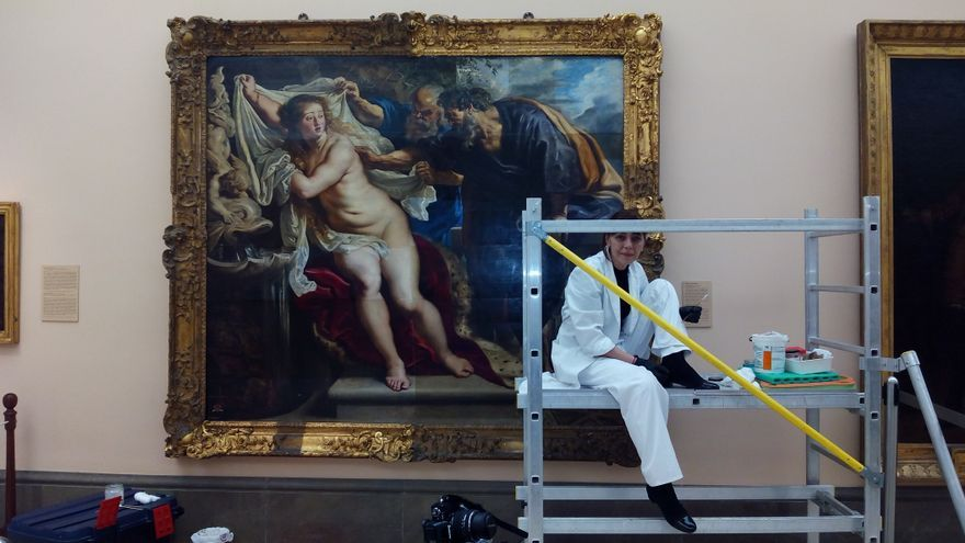 La restauradora Silvia Viana frente al cuadro de 'Susana y los viejos'
