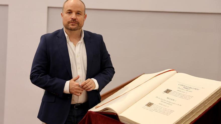 Alejandro Ruiz (Cs) junto a un ejemplar de la Constitución española