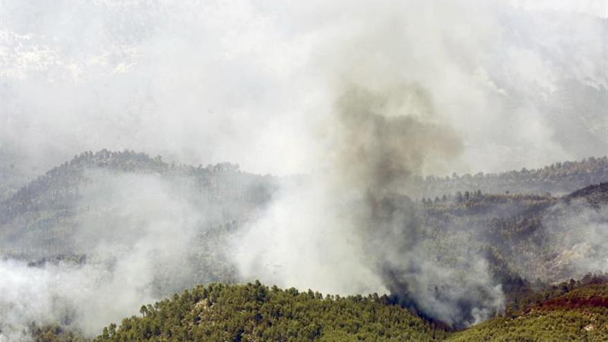 372 personas trabajan en el incendio de Yeste (Albacete) que no está controlado