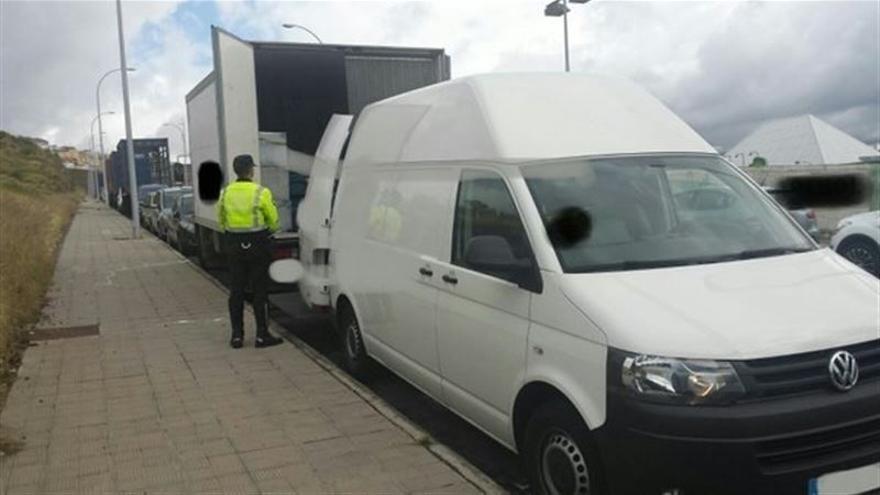 Agentes de la Policía Local inspeccionaron hace unos días el furgón nodriza que la empresa tenía estacionado en la zona próxima a la carretera de Hoya Fría