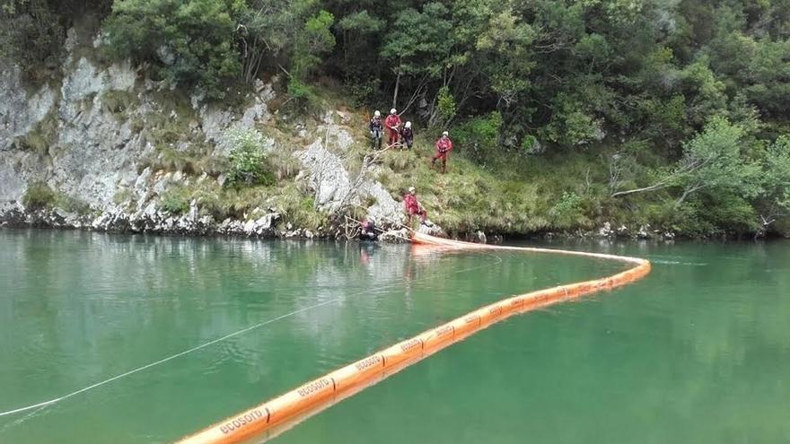 Cantabria trata de contener el vertido de gasóleo de un camión accidentado en Asturias y evitar que llegue al río Deva
