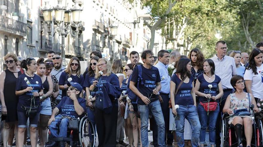 """Barcelona homenajea a las víctimas del 17A con flores y """"El Cant dels Ocells"""""""