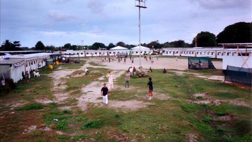 Un grupo de personas en el centro de refugiados en la isla de Nauru.