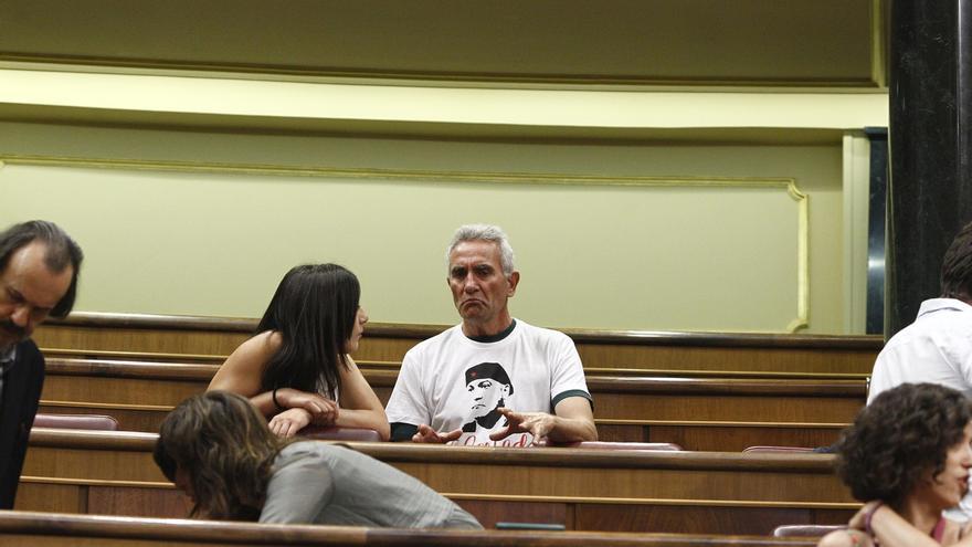 El diputado-jornalero Cañamero llega al Congreso con una camiseta de apoyo al encarcelado Andrés Bódalo