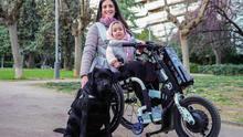 Cristina Sales junto a su hija y su perra, en el parque de Santa Amèlia, en el barrio de Sarrià de Barcelona