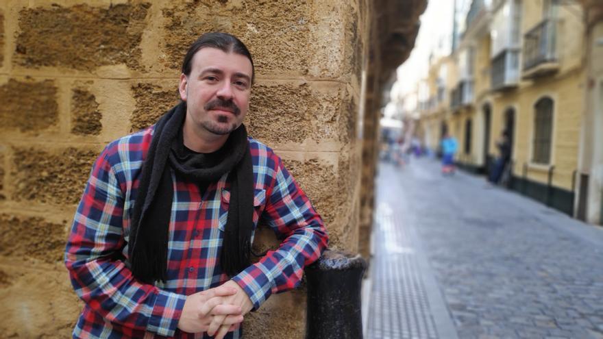 Santiago Moreno, posando en una céntrica calle de Cádiz.