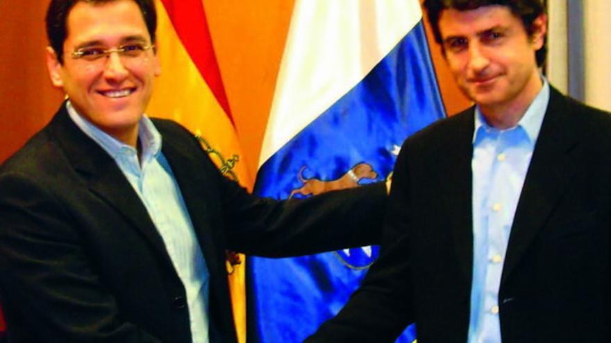 Ángel Llanos (izquierda) junto al abogado Felipe Campos.