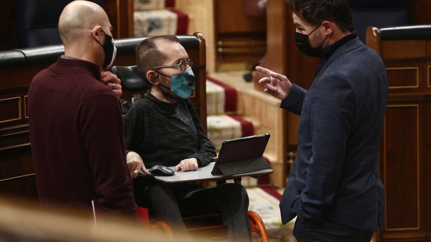 (I-D) El diputado de Unidas Podemos, Txema Guijarro; el portavoz de Unidas Podemos en el Congreso, Pablo Echenique, y el portavoz adjunto de ERC, Gabriel Rufián, charlan durante una sesión plenaria