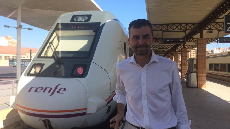 Antonio Maíllo a punto de tomar el tren.