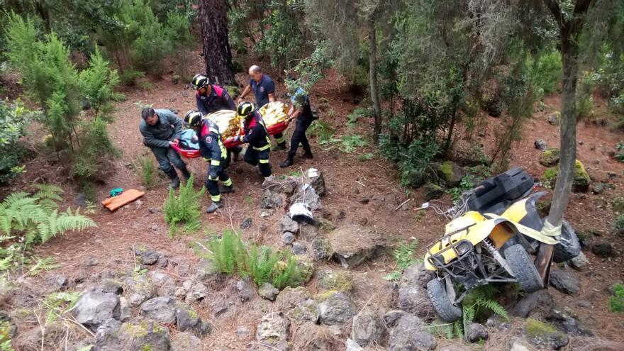 Personal de emergencias atiende a los heridos en el accidente de quad