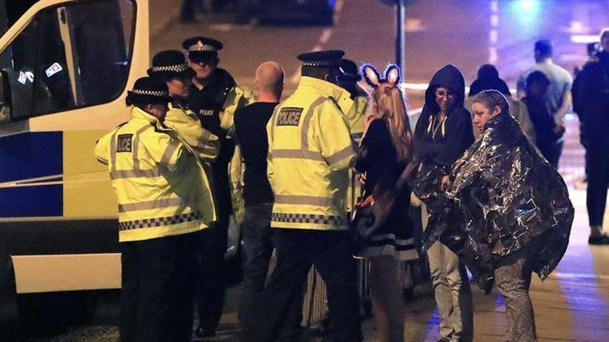 Miembros de Emergencias atienden a varios espectadores tras la explosión en el concierto de Ariana Grande