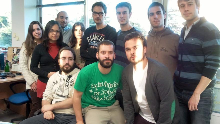 Investigadores del grupo de Bioingeniería y Telemedicina de la Universidad Politécnica de Madrid. En el centro, Borja Rodríguez Vila, con camiseta de defensa de la escuela pública. (Foto: E. C.)