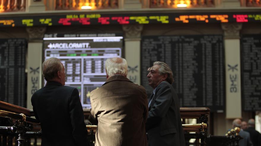 El Ibex despega un 1,42% y cierra por encima de los 8.000 puntos, con la prima de riesgo en 327 puntos